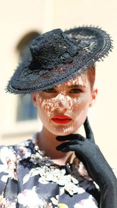 Although I wouldn't wear it, this fasion is current in England and the like. Crazy Hats, Millinery Hats, Wearing A Hat, Love Hat, Hat Hairstyles, Headgear, Hats For Women, Vintage Outfits, Glamour