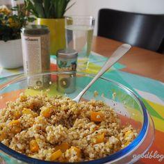 Dieser schnelle, leichte Bulgur-Salat mit Zucchini passt perfekt auf den spätsommerlichen Mittagstisch! Schmeckt aber auch abends noch   Rezept am #goodblog: www.goodblog.at/schneller-bulgur-salat/ Fried Rice, Zucchini, Main Dishes, Veggies, Ethnic Recipes, Food, Lunch Table, Lettuce Recipes, Eat Lunch