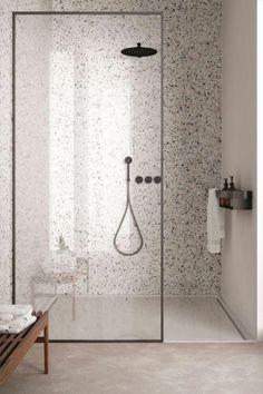 Gave badkamer inspiratie met lichte terrazzo tegels. Er is een mooie terrazzo douchehoek gemakt en is gecombineerd met een witte platte doucheplaat en een beige betonlook vloertegel. Een ruime inloopdouche met een zwarte inbouwregendouche en een losse ronde handdouche. Een handig zwart opbergrek inclusief handdoek houder. Een mooie douchewand met zwart profiel. #minciobadkamer #skypejebadkamer #badkamerinspiratie Bathroom Toilets, Bathroom Renos, Laundry In Bathroom, Vanity Bathroom, Bathroom Design Luxury, Bathroom Design Small, Modern Bathroom, Bathroom Design Inspiration, Bad Inspiration