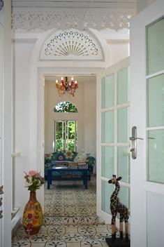 บ้านสไตล์โคโลเนียล - บ้านไอเดีย เว็บไซต์เพื่อบ้านคุณ Old Building, White Houses, Entry Doors, House Painting, Interior And Exterior, Colonial, Tiny House, Beautiful Homes, Home And Family