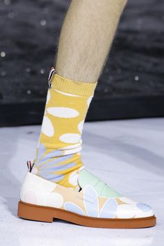 Fashion Thom Browne Spring 2017 Menswear Accessories Photos - Vogue - The complete Thom Browne Spring 2017 Menswear fashion show now on Vogue Runway. Sock Shoes, Men's Shoes, Shoe Boots, Shoes Sneakers, 1960s Fashion, Mens Fashion, Mature Fashion, Thom Browne, Vintage Handbags