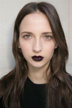 Labbra prugna scuro nero da Emanuel UngaroLabbra color prugna scuro quasi nero tra le tendenze beauty della Paris Fashion Week Autunno Inverno 20152016.