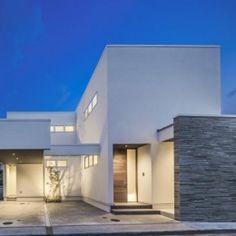 『道後のコートハウス』共に成長し、共に時を刻む住まいの部屋 真っ白な外観夜景
