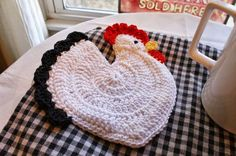 Summerhouse Cottage: Crochet Hen Potholder.  (I made this with some stuffing inside for extra heat protection!)