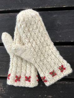 House of Hildur - Vintertid - lovikkavantar med flätor och broderi - stick-kit Crochet Mittens Free Pattern, Knit Mittens, Mitten Gloves, Knitting Patterns, Crochet Patterns, Crochet Quilt, Knit Crochet, Crochet Hats, Wrist Warmers
