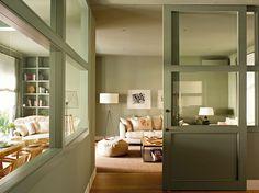 00342792. Salón decorado en tonos verde y blanco claro con puertas correderas con ventanas de cristal_00342792
