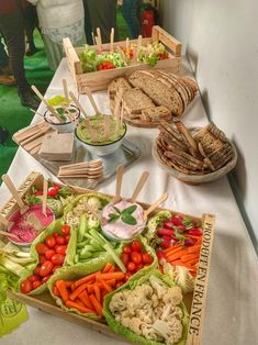 buffet table with crates of vegetables and hummus and raita ap dips Brunch Buffet, Party Buffet, Veggie Recipes, Healthy Recipes, Healthy Drinks, Wedding Buffet Food, Vegetable Basket, Reception Food, Snacks Für Party