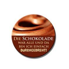Dieser illustrierten Ansteckbutton mit dem Spruch Die Schokolade war alle und da bin ich einfach durchgedreht in in leckeren Schokofarben macht b...