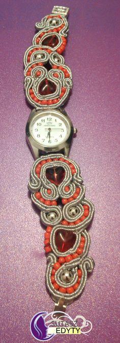 srebrny zegarek ze szaro-czerwoną bransoletką sutasz