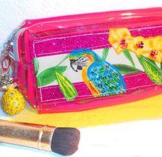 Trousse de maquillage style tropicale, jungle, transparente rose avec bijoux ananas . https://www.alittlemarket.com/trousses/fr_trousse_de_maquillage_style_tropicale_jungle_transparente_rose_avec_bijoux_ananas_-19926201.html