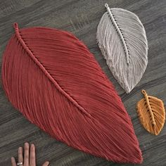 Venti Macramé Feather Wall Charm – Keep up with the times. Macrame Wall Hanging Diy, Macrame Art, Macrame Design, Macrame Projects, Macrame Knots, Art Macramé, Yarn Crafts, Diy Crafts, Macrame Patterns