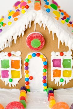Long list of candy/food ideas to use when decorating gingerbread houses. Includes description of possible uses, and sometimes problems you might run into using that candy...