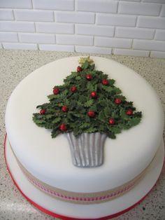 A holly Christmas tree cake. Mini Christmas Cakes, Christmas Cake Designs, Christmas Tree Cake, Christmas Cake Decorations, Christmas Sweets, Holiday Cakes, Christmas Cooking, Xmas Cakes, Holly Christmas
