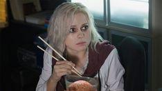 "CW has given a second season to ""iZombie,"" the Rob Thomas and Diane Ruggiero-Wright drama that stars Rose McIver. Izombie Tv Series, Cw Series, Rob Thomas, I Zombie, Zombie Apocalypse, Zombie Attack, Bellarke, Izombie Season 1, Whats On Tv Tonight"