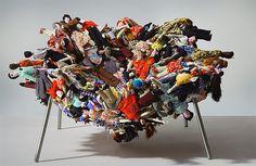Cadeira Multidão – Para produzir essa cadeira, os irmãos Campana trouxeram bonecas produzidas no nordeste para São Paulo. Ela, na verdade, retrata a imigração nordestina no Sudeste.