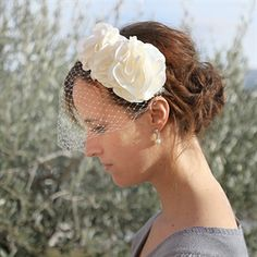 #Haarband met bloemen en French netting voor de #bruid #bruidskapsel #weddinghair #bride / www.witenzilver.nl