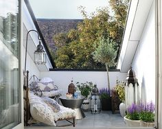 Una idea súper femenina: un balcón que mezcla el blanco y el lila con detalles orientales que otorgan  misterio.