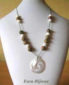 """Collier """"Le Double Koru"""" avec pendentif en nacre, perles en unakite, modèle unique fait main par Ewa Bijoux"""