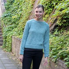A super-simple sweater. This retro sweater is feminine, elegant and just warm enough in a mixture of cotton and alpaca. Mad Men, Pickles, Knitting Patterns, Feminine, Turtle Neck, Pullover, Sweaters, Cardigans, Retro