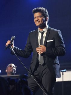 Bruno Mars with his suit and tie, looking so hot!!! ;-)