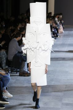See the complete Viktor & Rolf Spring 2016 Couture collection.