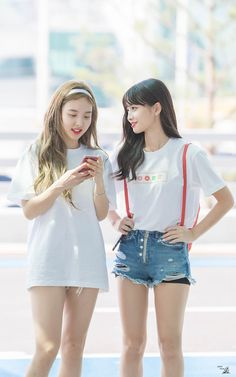 Nayeon & Momo Twice 180726 Incheon Airport to Malaysia J Pop, South Korean Girls, Korean Girl Groups, Nayeon Twice, Twice Sana, Minatozaki Sana, Im Nayeon, Mnet Asian Music Awards, Hirai Momo