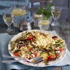 Auberginen, Zucchini und Fenchel werden erst angeröstet, dann mit Pasta gemischt und mit Tomaten, Mozzarella und reichlich Basilikum angerichtet.