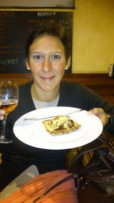 Montadito de hamburguesa de buey con cebolla caramelizada y queso cremoso. Para chuparse los dedos!, de Alejandra Gomez