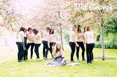 Divertido posado de amigas en despedida de soltera pink ladies