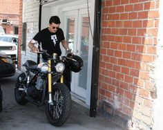 uncutroad:  Biker: Celebs style _ Orlando Bloom on his Deus Mono SR542
