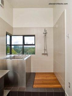 Bathroom in Prefab house in Canada - Baño con bañera de acero en una casa modernas prefabricada canadiense.