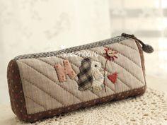女王拼布_新浪博客 Japanese Patchwork, Pencil Boxes, Quilted Bag, Mini Purse, Applique Quilts, Diy And Crafts, Zip Around Wallet, Pouch, Purses