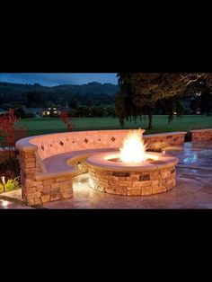 DIY fire pit designs ideas - Do you want to know how to build a DIY outdoor fire pit plans to warm your autumn and make s'mores? Find inspiring design ideas in this article. Diy Fire Pit, Fire Pit Backyard, Backyard Patio, Backyard Landscaping, Fire Pits, Landscaping Ideas, Backyard Ideas, Patio Ideas, Backyard Seating