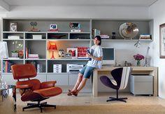 Para favorecer o convívio da família, o escritório é integrado ao living. A estante foi criada a partir de uma mesa escolhida pela dona da casa e possui vão para encaixá-la. O móvel ocupa uma parede inteira. Para não pesar no ambiente, é suspenso: fica a 20 cm do piso e do forro