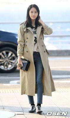SNSD YoonA goes to Hong Kong for DIOR's event Taeyeon Jessica, Kim Hyoyeon, Yoona Snsd, Girls Trench Coat, Kwon Yuri, Airport Style, Airport Fashion, Korean Celebrities, Girl Model