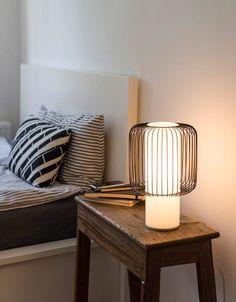 Deze Line tafellamp komt uit de collectie van het Duitse label TEO. De tegenstelling tussen het vast volume en de luchtige lijnstructuur maakt dit tafellicht in