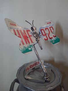License plate butterfly Metal Art Sculpture, Art Sculptures, Scrap Metal Art, Plate, Butterfly, Dishes, Bowties, Junk Art, Caterpillar