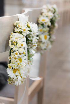 Schöne Blumenkränze mit Gänseblümchen für die Kirche. Floristin: @marikefriederic