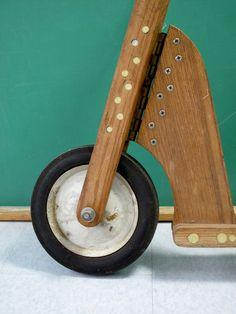 Esta es una moto muy cool vintage push, posiblemente de una mecánica Popular / Popular Science sistema de planes. Parece ser hecho en casa, pero construido muy bien teniendo en cuenta que. Hecho de madera maciza de roble, hardware resistente y goma dura y rueda de acero fijados, este scooter a la cifra daría a cualquier joven piloto. Definitivamente uno de tipo pieza perfecta para cualquier bicicleta vintage o colector de juguete, o como un colgador de pared muy cool. Edad de cosecha…
