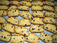 Τραγανά, μυρωδάτα, γευστικότατα, υγιεινά, χορταστικά, νηστίσιμα…   χρειάζεται να συνεχίσω; J     Υλικά:     1 κιλό περίπου αλεύρι σκληρό... Greek Sweets, Greek Desserts, Greek Recipes, Biscuit Cookies, Cupcake Cookies, Greek Cookies, Cake Bars, Recipe Boards, Keto Cheesecake
