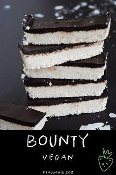Bounty selber machen   vegan & gesund glutenfrei, erfrischend sommerlich & für Kokosfans ... Bounty selber machen ist ganz einfach und das mit nur wenigen Zutaten. Ruck zuck habt ihr eine leckeres Dessert bzw. Süßigkeit gezaubert, die in jedem Fall gesünder ist als das gekaufte Original. #bounty #kokos #rezept #food #dessert #schoko #schokoriegel #kokosriegel #bountyrezept #kokosdessert #kindergeburtstag #süsses #kinder #veganbounty #vegan #einfacherezepte #snack #fraujanik Mini Desserts, Fall Desserts, Dessert Blog, Dessert Recipes, Healthy Foods To Eat, Healthy Desserts, Fall Recipes, Vegan Recipes, Desserts Sains