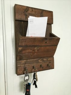 DIY key/mail holder made out from a pallet
