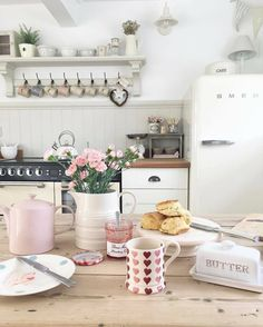 shabby chic kitchen designs – Shabby Chic Home Interiors Cottage Kitchens, Home Kitchens, Shabby Chic Homes, Shabby Chic Decor, Style At Home, Küchen Design, House Design, Layout Design, Design Ideas