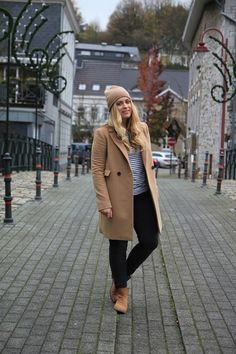 Women's Camel Coat, White and Black Horizontal Striped Crew-neck Sweater, Black Skinny Jeans, Tan Suede Chelsea Boots Chelsea Boots With Jeans, Tan Suede Chelsea Boots, Chelsea Boots Outfit, Bonnet Outfit, Grey Beanie Outfit, Casual Fall Outfits, Outfit Winter, Black Skinnies, Clothes For Women