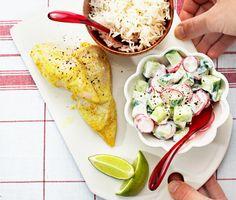Ett underbart och färgglatt recept som passar de flesta i familjen! Den läckra kycklingen smaksätts med yoghurt, curry, spiskummin och vitlök innan den steks härligt saftig i ugnen. Under tiden passar du på att svänga ihop tillbehören i form av nykokt ris och svalkande gurkyoghurt. Mums!