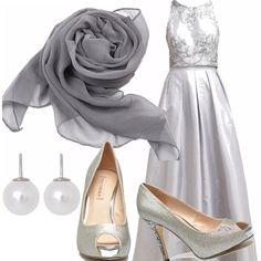 Un meraviglioso abito da sera può essere indossato anche per un matrimonio un po' differente, in grigio. Scarpe aperte in punta e altissime, scialle in seta leggero e orecchini di perle.