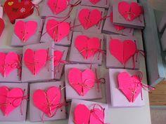 ...Το Νηπιαγωγείο μ' αρέσει πιο πολύ.: Τι ετοιμάσαμε για τις μανούλες μας Mothers Day Crafts, Valentines Day, Gift Wrapping, Blog, Cards, Mom, Valentine's Day Diy, Gift Wrapping Paper, Wrapping Gifts