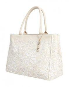 Oscar De La Renta Tote Bag Giveaway. http://www.ohmygoshbeck.com/2013/01/oscar-de-la-renta-tote-bag-giveaway/