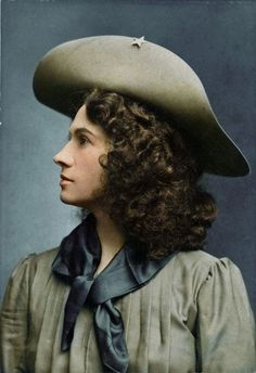 Annie Oakley - the most adept female shooter, known throughout the world. She was born on August 13, 1860 in the County of Darke, Ohio, the son of a Quaker Susan Weiss and Jacob Mauzy.