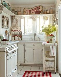 Compacte, gezellige, retro keuken.